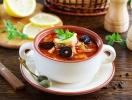 Солянка сборная с колбасой: классика с оливковым оттенком