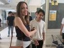 """""""Стараюсь не плакать"""": Анджелина Джоли отправила сына учиться в Южную Корею (ВИДЕО)"""