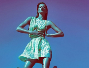 Жизель Бундхен представила коллекцию Versace