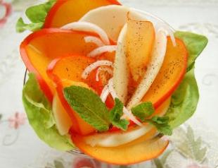 Салат из хурмы с пикантной заправкой