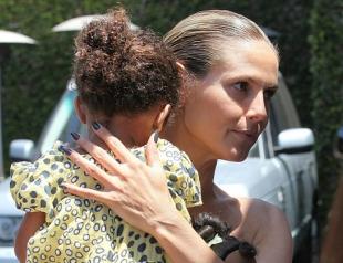 С кем знаменитости отметили День матери. Фото