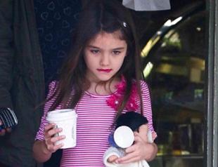6-летняя Сури Круз начала красить губы. Фото