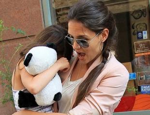 Кэти Холмс все еще носит 6-летнюю Сури на руках. Фото