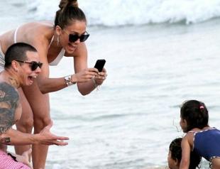 Джей Ло на пляже с бойфрендом и детьми. Фото