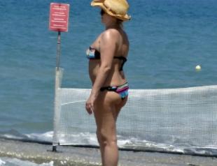 Располневшая Ирина Билык на пляже Крита. Фото