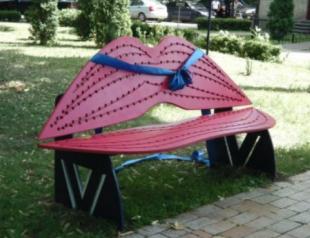 В Киеве появились лавочки для поцелуев в форме губ
