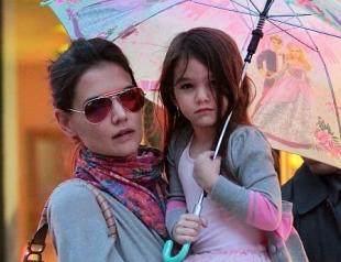 Кэти Холмс выгуливала дочь под дождем