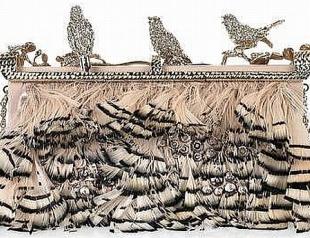 Valentino украсил клатчи птицами
