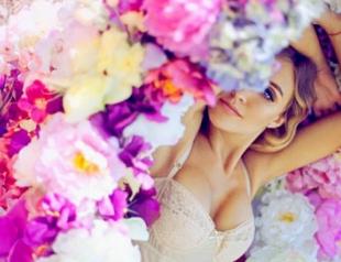 Ева Бушмина снялась в откровенной цветочной фотосессии. Фото