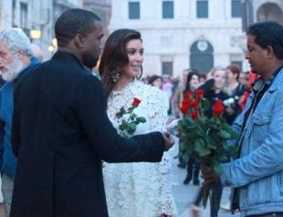 Ким Кардашьян засветила помолвочное кольцо? Фото