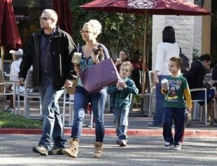 Бритни Спирс с сыновьями на прогулке. Фото