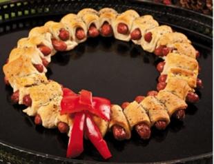 """Рецепт: """"рождественский венок"""" из сосисок"""