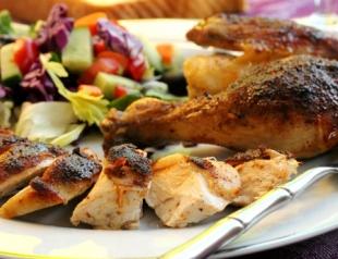 Праздничное блюдо: курица с чесноком и овощами