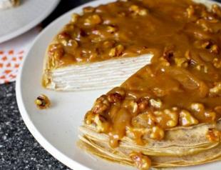 Блинный торт из бананов с йогуртом и грецкими орехами