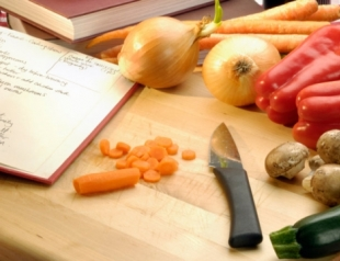 Как правильно солить еду?