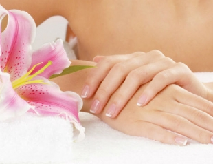 Как восстановить кожу рук с помощью горячего маникюра?