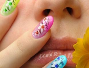 Лучшие варианты цветочных мотивов в маникюре