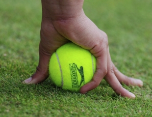 Упражнения с теннисным мячом от боли в спине и шее