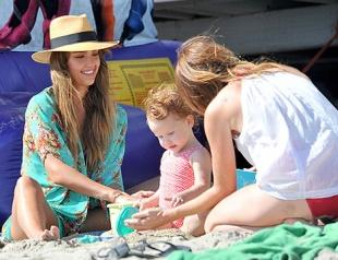 Джессика Альба отдыхает с семьей в Малибу