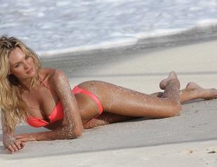 Модель Кэндис Свейнпол на пляжной фотосъемке для Victoria's Secret