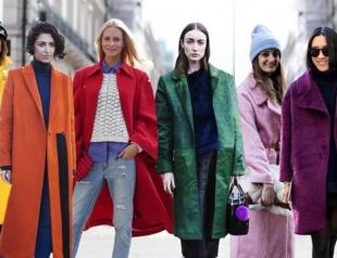 Как носить яркое пальто