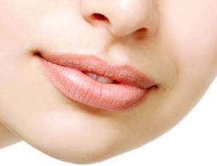 Какими простыми средствами увлажнить сухие губы