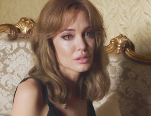 Анджелина Джоли плачет и пинает Бреда Питта: трейлер нового фильма пары