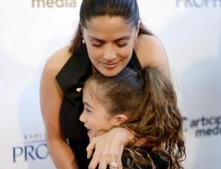 Дочь Сальмы Хайек отрежет волосы ради онкобольных детей
