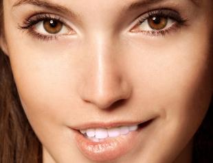 Как отбелить зубы при помощи макияжа: 4 лайфхака