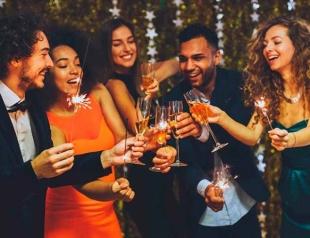 Как весело отметить Новый год 2018: смешные новогодние тосты, шутки и розыгрыши для новогодней ночи