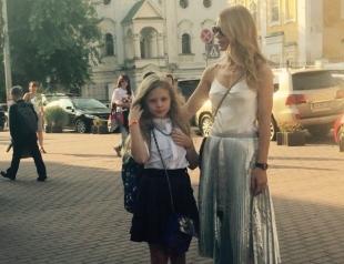 Школьная пора: Ольга Фреймут отвела дочку в школу (ФОТО)