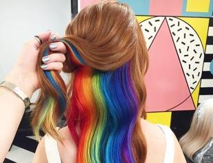 В школе ругать не станут: скрытая радуга в волосах – новый тренд, которому обрадовались школьницы