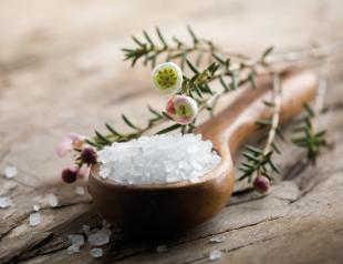 Как защитить себя от негативного влияния с помощью соли: рассказывает экстрасенс Максим Гордеев