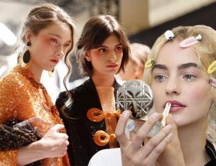 Бьюти-тренды с мировых недель моды: натуральный макияж, сияющие веснушки и заплаканные глаза