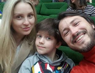 Рыбалка и культпоход: Сергей Притула отдыхает с молодой супругой и сыном от первого брака (ФОТО)