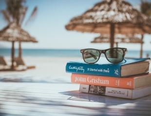Что почитать в отпуске: 8 книг для пляжа и путешествий