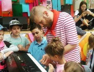 Иван Дорн сходил на благотворительную барахолку в пионерском галстуке (ФОТО)