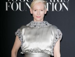 Неподражаемая Тильда Суинтон в серебристом платье покорила фанатов на вечеринке Vogue (ФОТО)