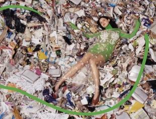 Осознанное потребление: рекламную кампанию Stella McCartney сняли на свалке (ВИДЕО)