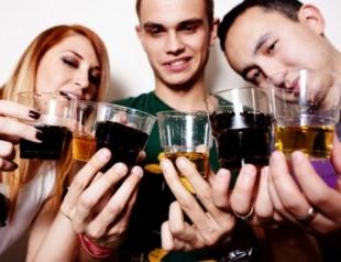 Как недосыпание влияет на потребление алкоголя