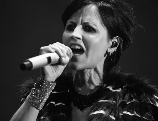 Умерла Долорес О'Риордан: солистка группы Cranberries скончалась на 47-м году жизни