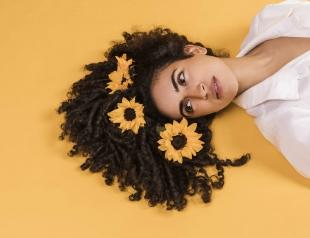 Стильные аксессуары для укладки на каждый день 2018: платок, цветы и ленточки
