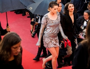 Кристен Стюарт в знак протеста прошлась босиком по красной дорожке в Каннах (ФОТО)