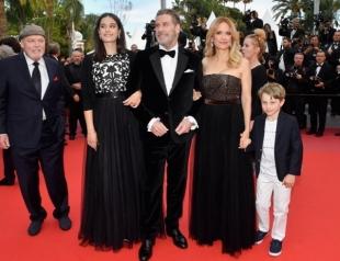 Джон Траволта с женой и детьмы впервые появился на публике после смерти сына (ФОТО)