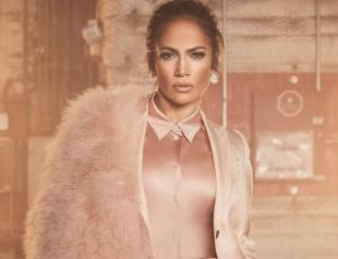 Дженнифер Лопес раскритиковали за платье-бандероль (ФОТО)