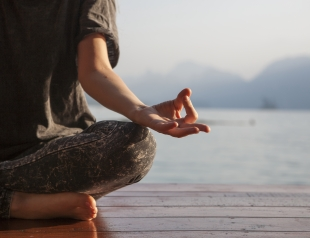 Магия утра: 5 ритуалов по аюрведе, которые сделают твое утро (и весь день) лучше