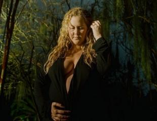 Среди птиц и природы: беременная Эми Шумер обнажилась в новой фотосессии (ФОТО)