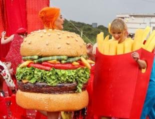 Картошка фри и гамбургер: Кэти Перри и Тейлор Свифт оригинально помирились (ВИДЕО)