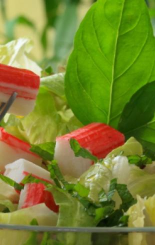 Салат с крабовыми палочками: топ 5 вариантов