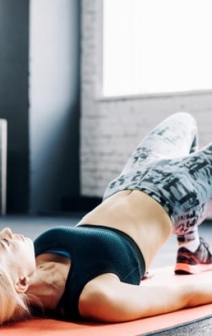 Пять упражнений для бедер, которые можно делать перед телевизором